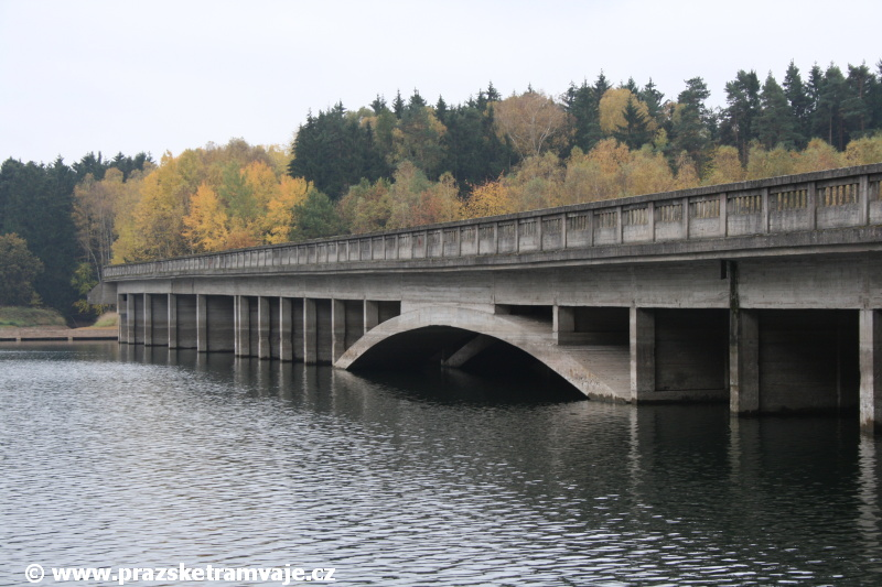 Pohlednice pražských tramvají od zapomenutých mostů